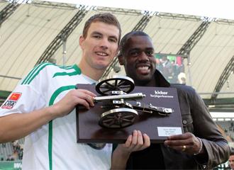 Dzeko y Grafite posan con el trofeo