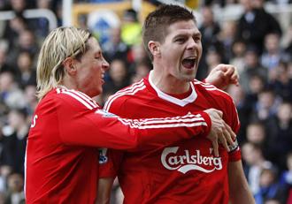 Torres y Gerrard celebrando un dol del Liverpool