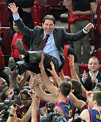 Xavi Pascual, manteado por sus jugadores tras conseguir la Euroliga.
