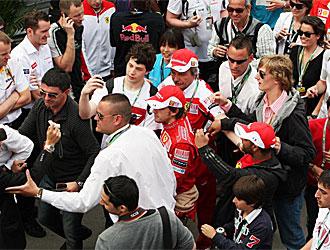 Los gemelos Rond�n protegen a Alonso de los fans. Son los dos con camisa blanca y gafas. Miguel va por delante de Alonso y Mario por detr�s.