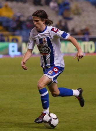 Filipe Luis conduce el bal�n durante un partido