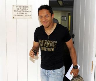 Adriano, saliendo de las instalaciones del Sevilla.