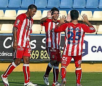Javi Guerrero celebra con sus compañeros uno de los dos goles marcados con Las Palmas ante el Villarreal B... con los que parece recuperar la sonrisa