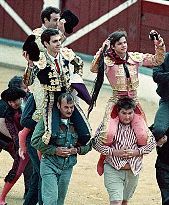 Jos� Tom�s, Enrique Ponce y El Juli, a hombros en 1999 en La Rioja