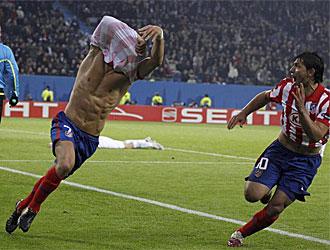 Forlán se quita la camiseta para celebrar su segundo gol frente al Fulham.