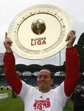 El entrenador del Red Bull, Stevens levantando el trofeo de la Liga