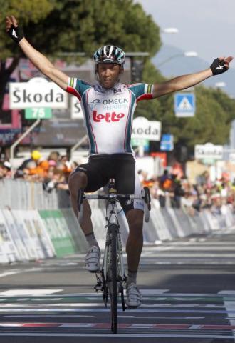 Matthew Lloyd celebra su victoria en Carrara.