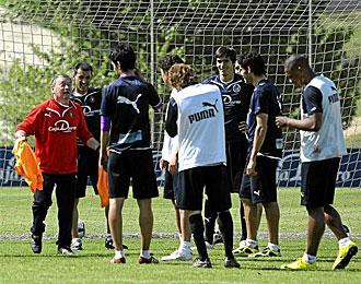Javier Clemente habla con sus jugadores, en un entrenamiento del Valladolid