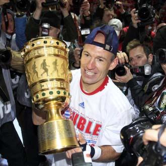 Robben, estrella y l�der de los b�varos, posa con la Copa