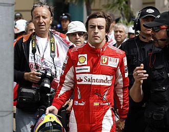 Alonso, serio tras bajarse de su monoplaza accidentado