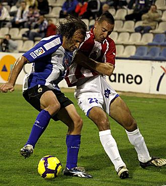En la imagen del partido de la primera vuelta, el alicantino Rufete pelea con Migue por un bal�n... precisamente el central catal�n volver� al eje de la zaga rojiblanca