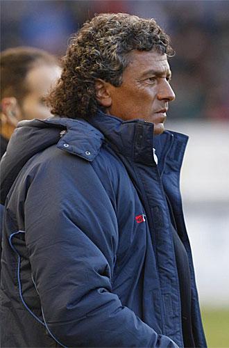 Gorosito sigue el partido de su equipo frente a Osasuna.