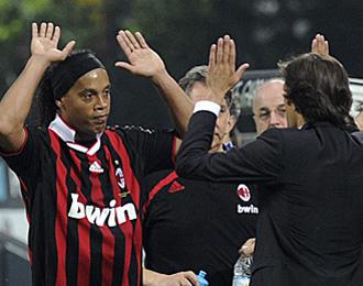 Ronaldinho ha lamentado la marcha de Leonardo.