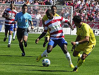 Ighalo, autor del primer gol del Granada, trata de superar a un defensa del Alcorcón