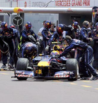 Webber, en el box del equipo Red Bull en Montecarlo