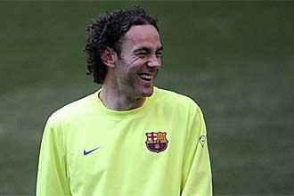 Gabriel Milito se r�e durante un entrenamiento del Barcelona