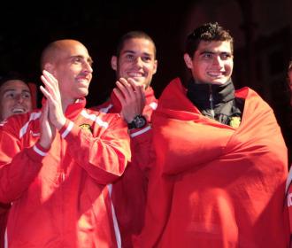 Borja Valero y el Chori Castro, en la celebraci�n del Mallorca tras el �ltimo partido de Liga.