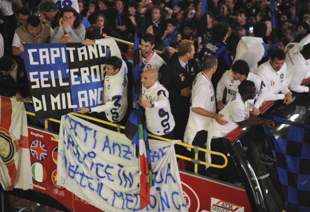 La pancarta alusiva a Totti, blanca con las letras azules (Foto: Reuters)