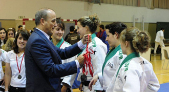 Miguel Sebasti�n, ministro de Industria, en la entrega de medallas.