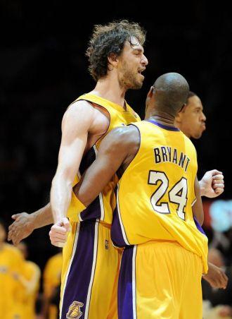 Gasol y Kobe se abrazan, con Channing Frye al fondo