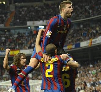 Puyol, Alves, Piqué y Xavi celebran un gol en el Bernabéu