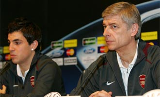 Cesc y Wenger en una rueda de prensa