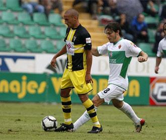 Jorje Luque controla el bal�n en el partido frente al Elche