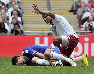 Kevin-Prince Boateng se disculpa tras lesionar a Ballack en la final de la Copa de Inglaterra.