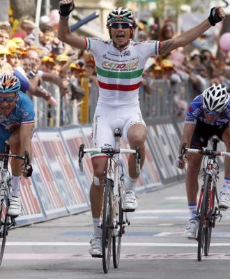 Filippo Pozzato celebrando su victoria.