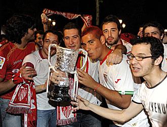 Los aficionados sevillistas, con una r�plica de la Copa del Rey