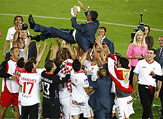 Antonio Álvarez es manteado por sus jugadores.