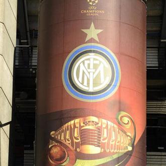 El Bernabéu ya luce los colores de la Champions con las insignias de ambos equipos