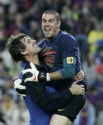 Valdés, celebrando el título de Liga conquistado por el Barça