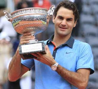 Federer levantando el trofeo el a�o pasado