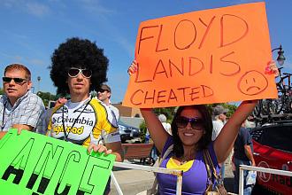 """""""Floyd Landis chivato"""", reza la pancarta que esta aficionada sujeta con sus manos"""
