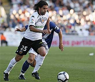 'Chori' Dom�nguez se zafa de la marca de un jugador del Tenerife durante el �ltimo partido de Liga