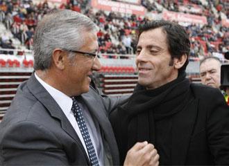 Manzano y Quique se saludan antes de un partido.