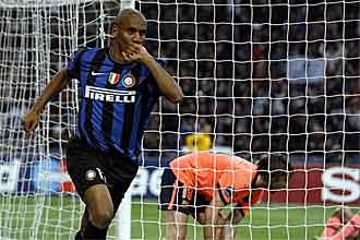 Maicon celebra el gol que marc� contra el Barcelona en el partido de ida de las semifinales de la Liga de Campeones