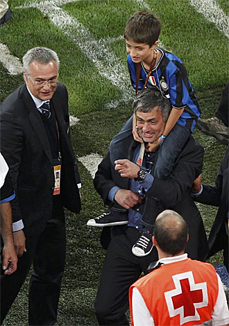 Mourinho con su hijo a hombros tras el triunfo del Inter.