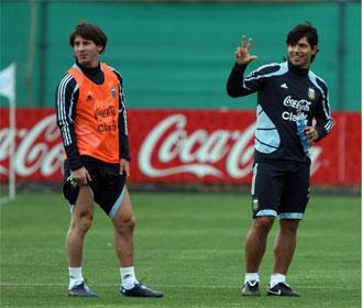 Messi y Ag�ero, durante un entrenamiento de Argentina.