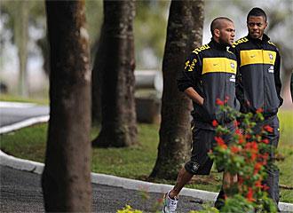Alves pasea este s�bado con Michel Bastos durante la concentraci�n de la selecci�n brasile�a en Curitiba.