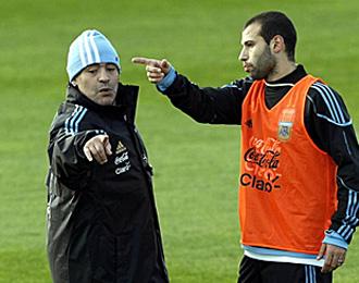 Mascherano conversa con Maradona durante un entrenamiento.