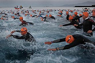 Los atletas, en la prueba de nataci�n del Ironman.