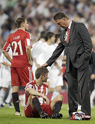 Van Gaal trata de consolar a Thomas Mueller.