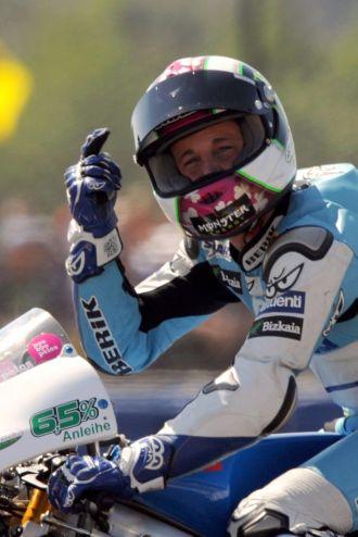 Pol Espargar� celebra su victoria en Le Mans