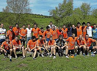 Los jugadores del Athletic tras subir a Urkiola en bicicleta.