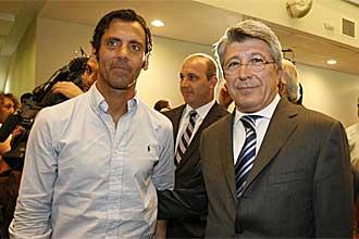 Enrique Cerezo posa junto a Quique S�nchez Flores durante un acto p�blico del Atl�tico de Madrid