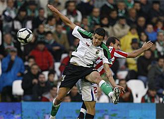 Osmar lucha un bal�n con Ion Velez.