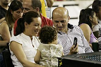 Jos� Mar�a del Nido con su mujer y su hija peque�a en el partido entre Cajasol y el Real Madrid del pasado s�bado.