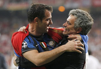 Stankovic se abraza a Mourinho